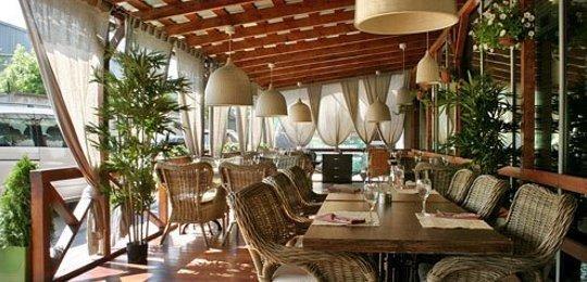 Деревянные летние террасы для ресторана и кафе